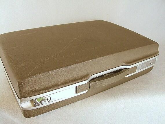Vintage Hard Sided Samsonite Royal Traveller Briefcase in Medium Brown