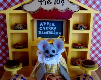 Felt Mouse in Her  Pie Shop    DISCONTINUED    LOW PRICE