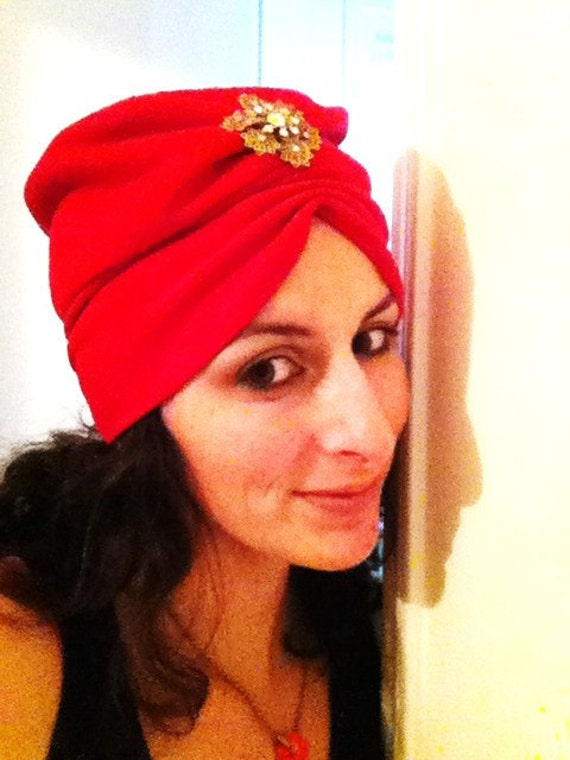 Vintage turban style red hat with brooch 50s 60s