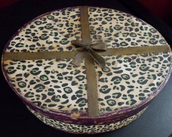 Retro midcentury style box - Stained animal print - Tacky and cool - Hipster - Humor