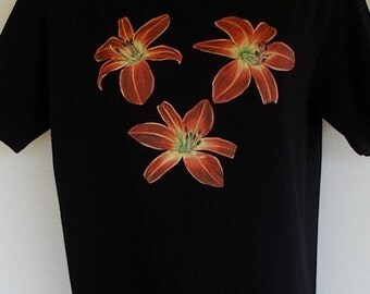Red Daylily Flower T-shirt Ruby Red Spider Daylily on Black  Size Small