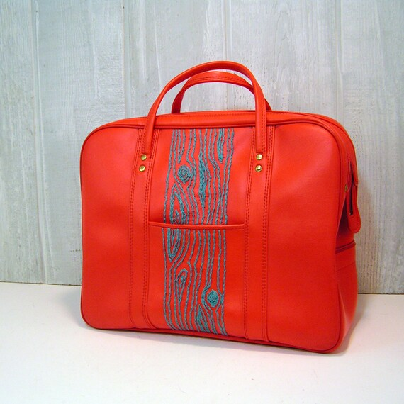 red weekend bag with turquoise wood grain