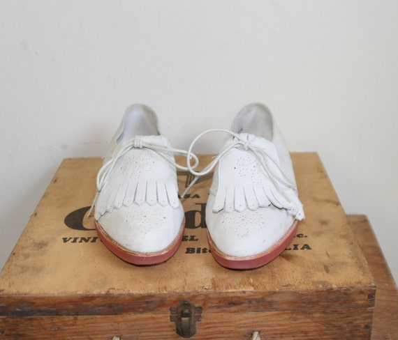 80s cream suede tassel toe brogues / 1980s oxfords / golf shoes / flats / Size 8.5