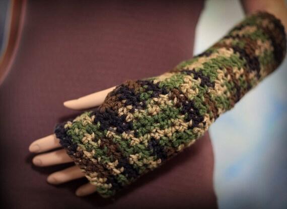 Fingerless Gloves in Camo Green