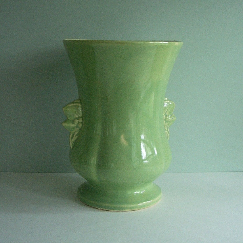 1950 Mccoy Art Pottery Vase In Glossy Green With Leaf And