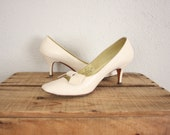 1950s High Heels in White // Vintage Leather Mid Century Bowtie Shoes