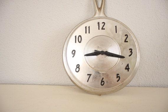 Vintage Frying Pan Clock // 1970s Kitchen Electric Wall Clock