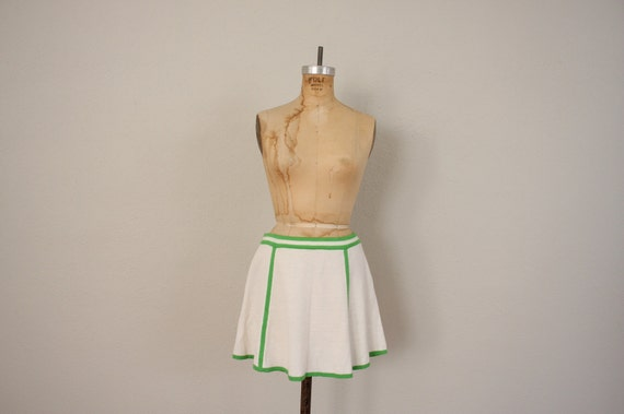 1980s Mini Tennis Skirt in Blue-Green and Yellow Retro Print . Pleated Sporty Swing