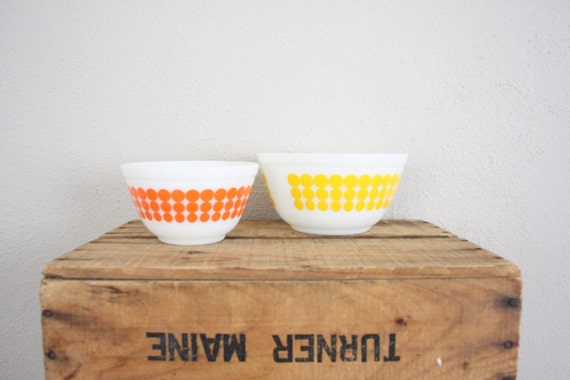 Vintage Pyrex Bowls // Retro Bowl Set // Pyrex Bowls in Yellow and Orage // Polka Dot Pyrex Mixing Bowls