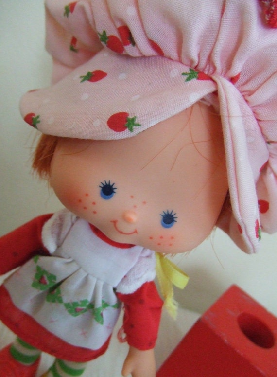 Vintage STRAWBERRY SHORTCAKE flat hands doll with comb 1979