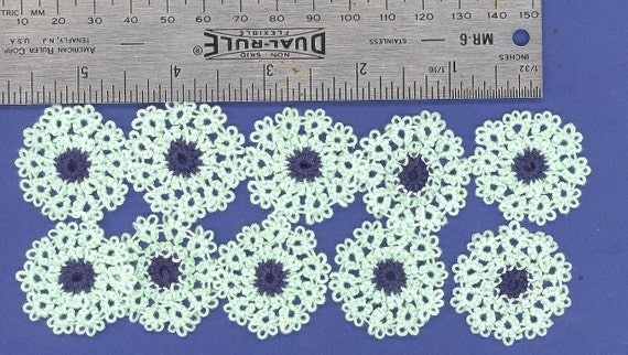 Hand tatted daisy flowers.10   (U)