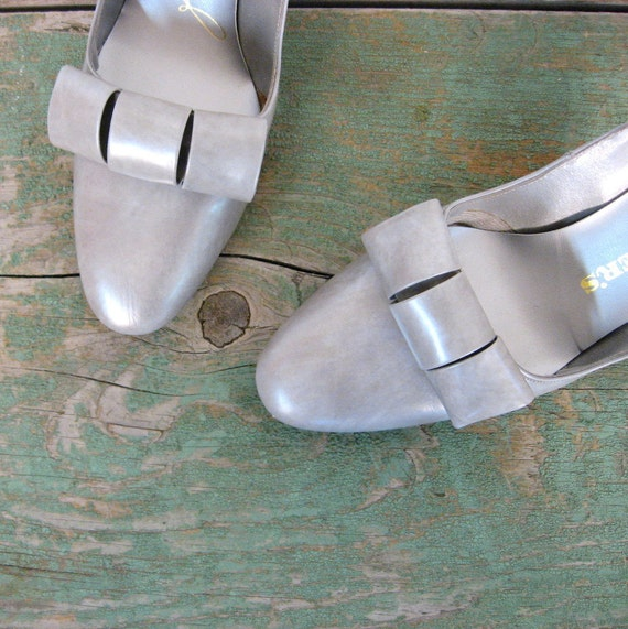 Vintage 1960s Pumps / Deadstock Shoes / 60s Shoes / Pearl Gray / 7 B