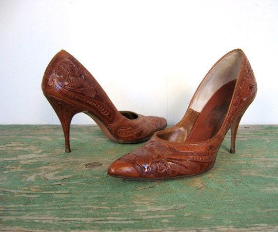 Vintage 1950s Pumps / Tooled Leather Shoes / 50s Stilettos / 5