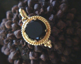 Quora Handcrafted Pendant in 18k Gold and Custom-Cut Black Onyx (Made to Order)