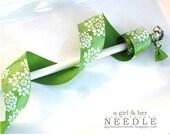 Ribbon Wand - Green/White Flower Burst