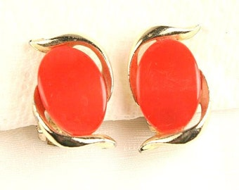 Orange Red Thermoset Earrings Vintage Ovals Curving Goldtone Clip On