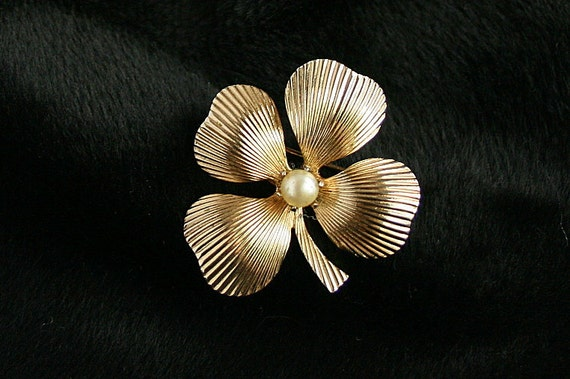 Vintage Coro Pegasus Four Leaf Clover Brooch Lucky Shamrock Pin Pearl Grooved