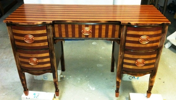 Vintage Traditional Style Writing Desk