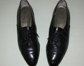 SALE Size 8N Oxfords. Lace Up. Pointy Toes. Black Leather. Made in Italy. 80s Vintage.