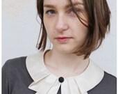 Bubi Kragen in weiss mit Falten Knopf White collar whit covered knob and pleated detail