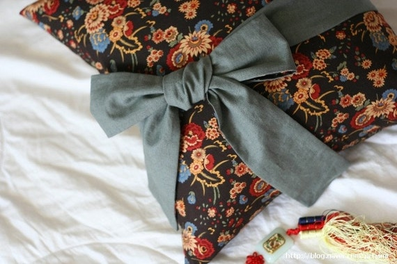 Items similar to Hanbok, the Korean Traditional Costume Inspired Cotton and Linen Pillow Case ...
