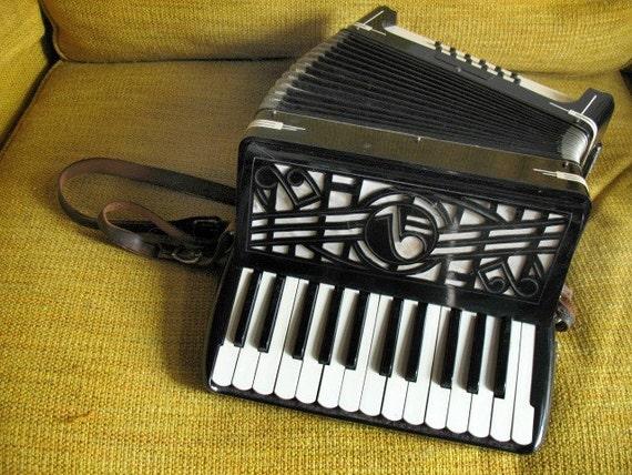 C'est Magnifique - VTG Patti Bros 25 Key Accordion
