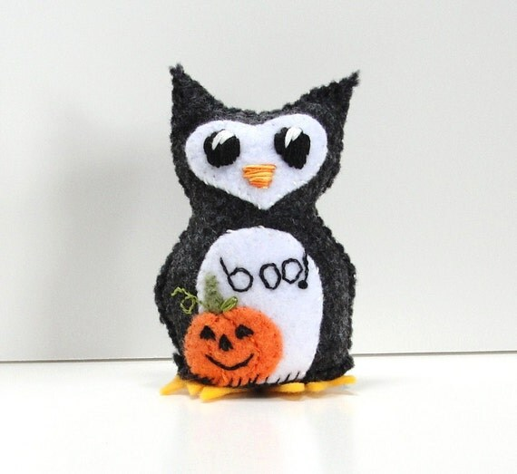 """felt owl for halloween- charcoal and white with appliqued pumpkin- """"boo"""" wee feltie owlet, Ready to ship"""