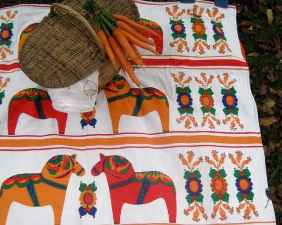 Scandinavian picnic blanket / handmade quilted 3-layer blanket with vintage Swedish Dala horses in red and orange (wedding gift idea)