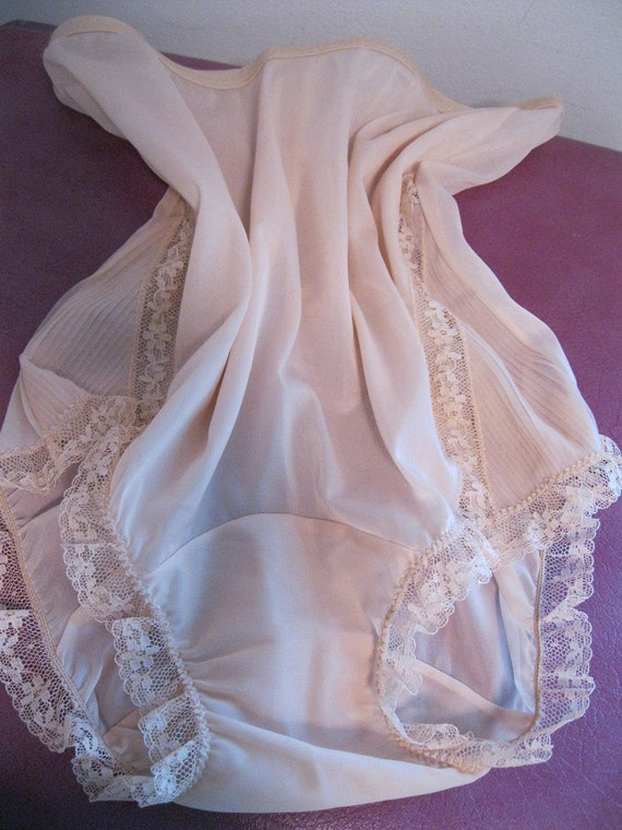 vintage granny panties sheer pale blush nude peach sissy for the BOMBSHELL pinup beauty vanity fair nos chiffon accent