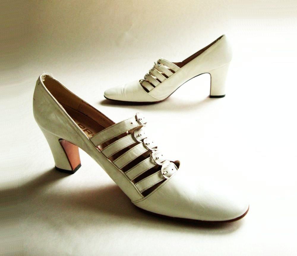 1960s Vintage Shoes 60s Vintage Buckled White Shoe 8