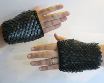 Armor Gauntlets in knitted Dragonhide Scalemail Extra Large