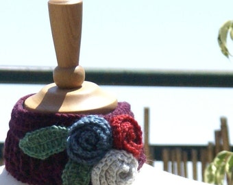 Crocheted bordo neckwarmer with bouquet of roses with leaves