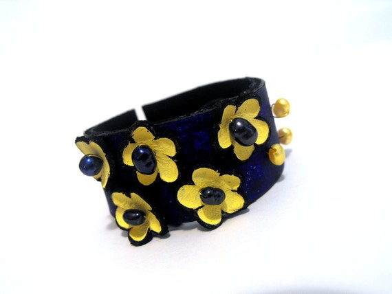 Flowers fashion bracelet from leather with pearls