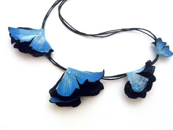 Blue leather necklace with flowers