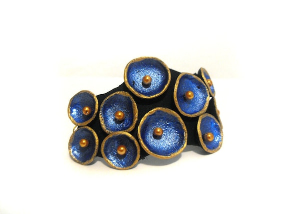 Pod leather bracelet in metallic blue color