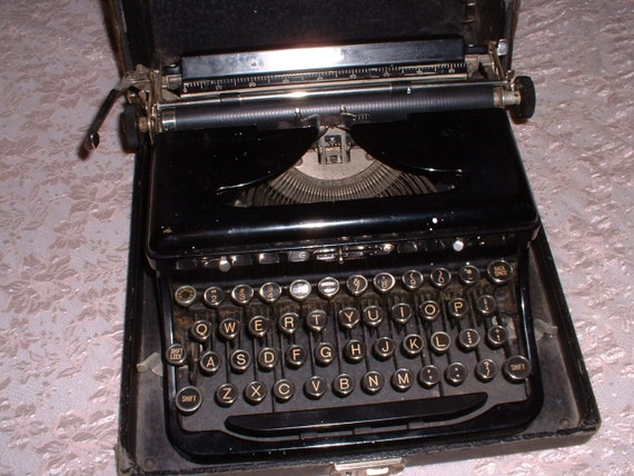 Antique Royal Portable Model O Black typewriter with case