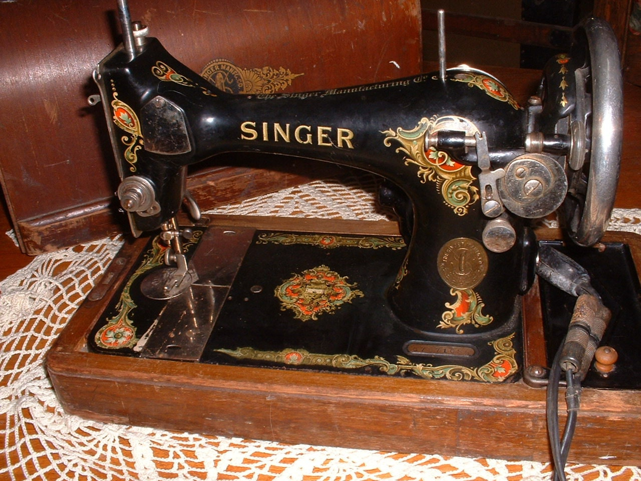 Vintage Singer Portable Sewing Machine in Bent Wood Case 1920
