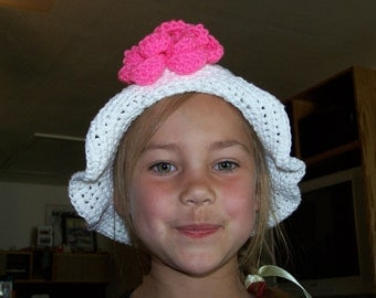 Brimmed hat with flower