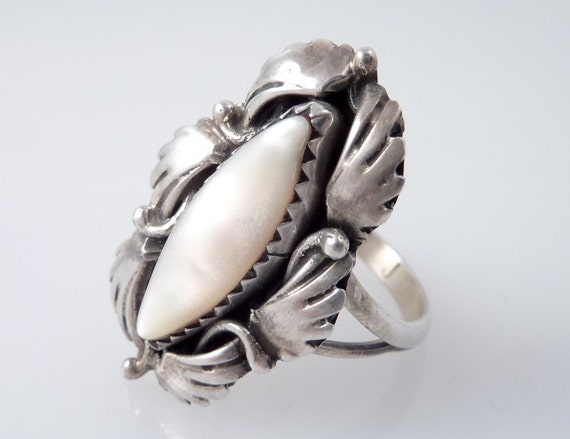 SALE --- Vintage Native American Sterling Size 8 Ring with Feather Finger Surrounded Shell