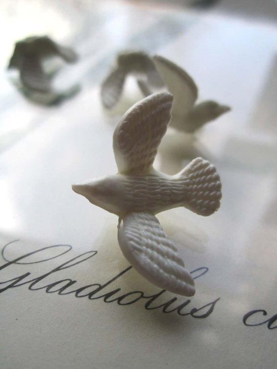 6 Small Vintage Plastic Doves le zoo sale item