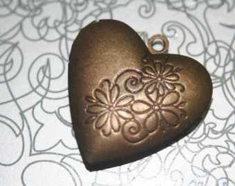 Hand Oxidized Aged Daisy Floral Heart Locket -25mm - 1 pc