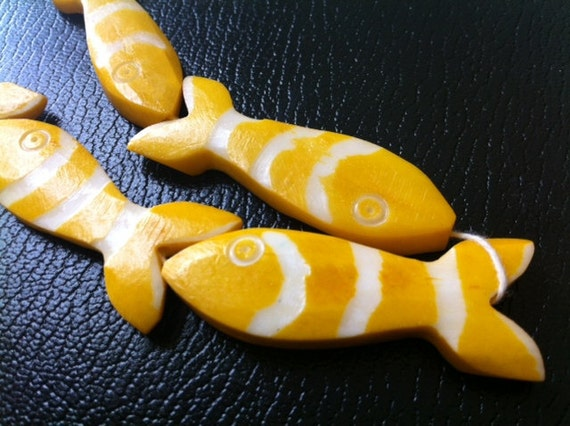 Carved FISH - Yellow White - Funky - Ethnic - Tribal - 3 pcs - 45 mm