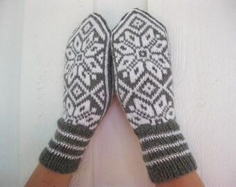 Handknitted wool mittens with norwegian pattern.