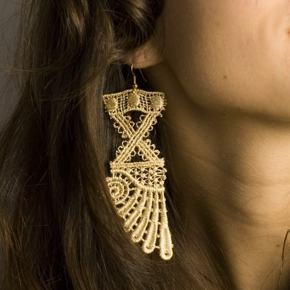 Athena wing gold-beige lace earrings