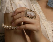 Ladylike Resin Cameo Ring with pearls\/ Anillo de camafeo en resina con miniperlas