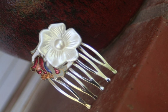 H170 White Flower Hair Comb Enamel Tulip Accent Vintage Upcycled