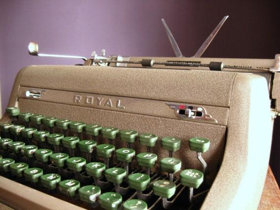 Vintage 1952 Royal Quiet De Luxe Portable Typewriter