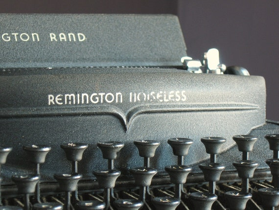 Vintage 1940s Remington Noiseless Model 7 Manual Typewriter