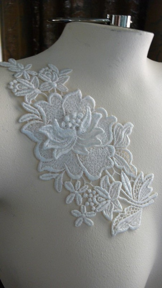 Venice Lace Dimensional Flower Applique in Cream IA 722