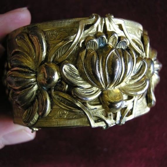 Huge dimensional floral bracelet
